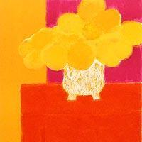 オレンジのチェストの上の中国花瓶の花